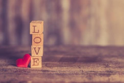 Liebe steht auf Bausteinen