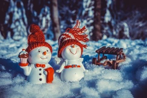Liebende Schneemännchen stehen im Schnee