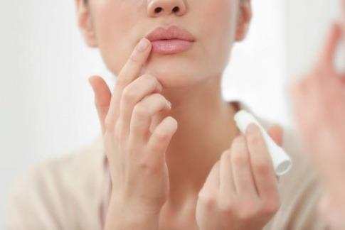 Eine Frau pflegt ihre Lippen