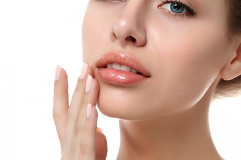 Frau mit schönen glänzenden Lippen