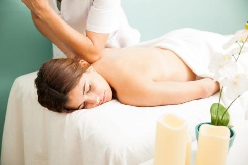 Frau genießt eine Massage