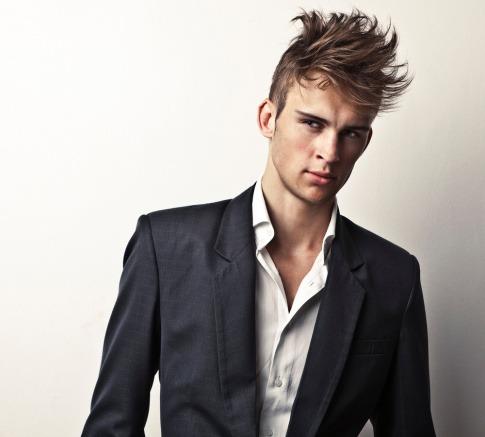 Ein Mann hat eine der trendigen Männerfrisuren (schmales Gesicht)