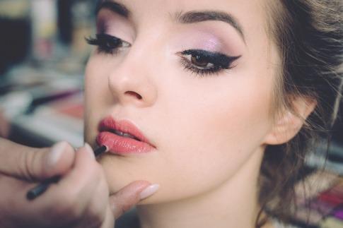 Eine Frau gibt Make-up im Sommer rauf
