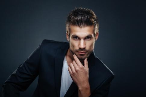Ein Mann mit kurzen gestylten dunklen Haaren