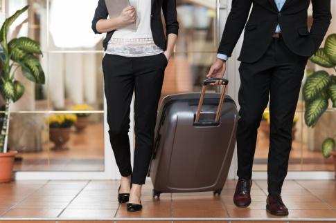 Ein Mann und eine Frau ziehen einen Koffer