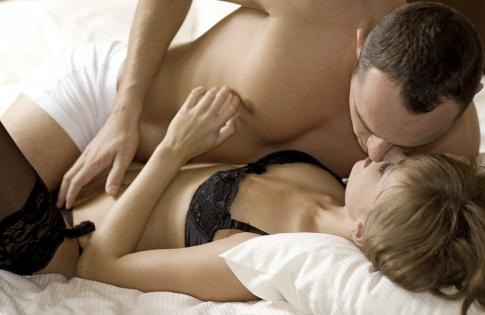 Ein Mann liegt auf einer Frau und hält seine Hand in Richtung G-Punkt