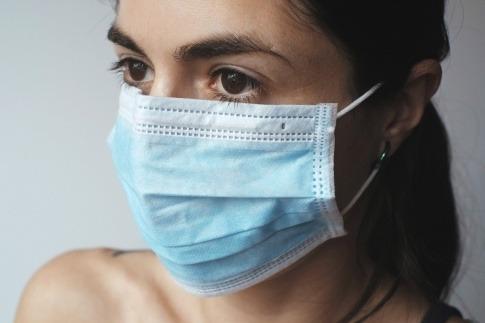 Frau mit Mund-Nasen-Schutz.