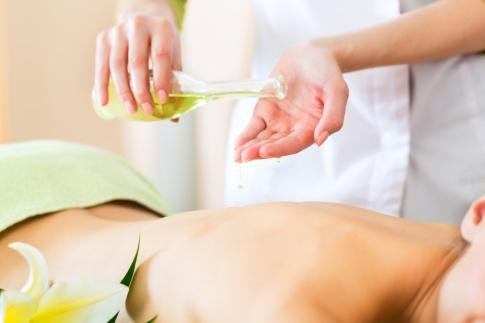 Eine Frau erhält eine Massage mit Massageölen