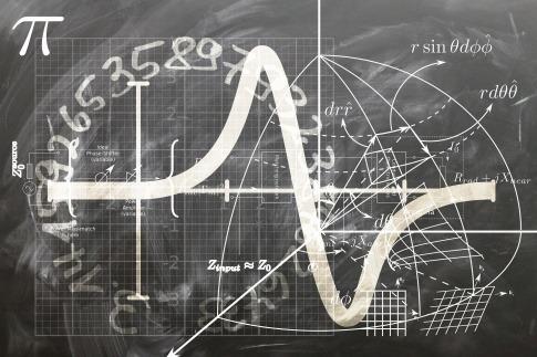 Eine Tafel mit mathematischen Formeln ist zu sehen