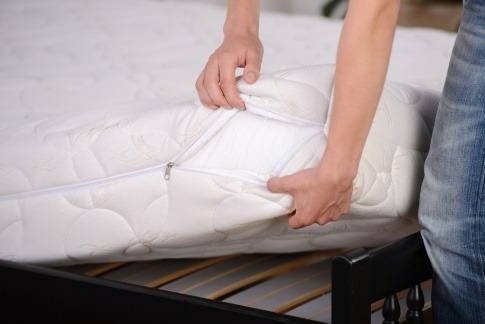 Eine Matratze liegt auf einem Lattenrost