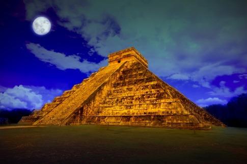 Ein Dankemal der Mayas mit dem Mond im Hintergrund