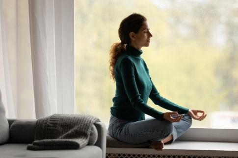 Eine Frau macht Meditation gegen Kopfschmerzen