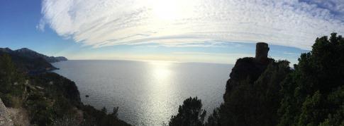 Das Meer ist hinter Bergen