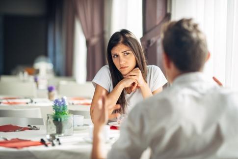 Eine Frau sieht einen Mann misstrauisch an