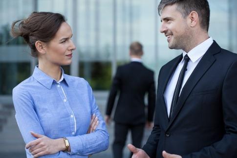 Eine Frau betrachtet einen Mann um die Menschenkenntnis zu verbessern