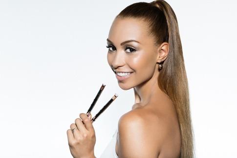 Miss Ronja hält die Schminkstifte des Morning Glow Make up Kits