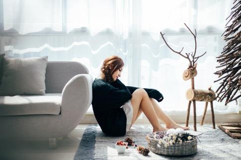 Die auf dem Boden sitzende Frau in diesem Foto beschäftigt sich vielleicht gerade mit dem Thema Misstrauen in der Partnerschaft.