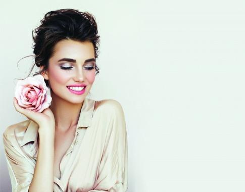 Das Styling und Make up einer jungen Frau wurde in Pastell-Farben gehalten