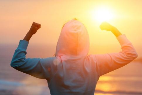 Frau beim Sport im Sonnenaufgang