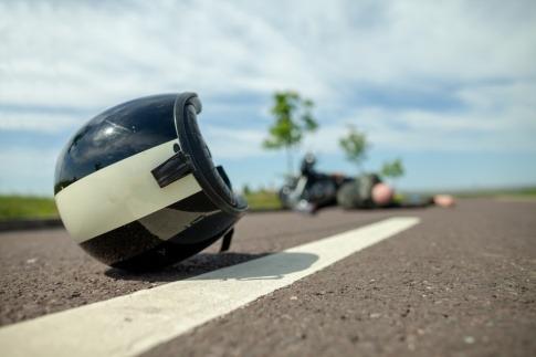 Ein Motorrad-Helm liegt nach einem Unfall auf der Straße