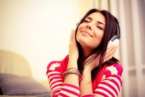 Eine Frau hört Musik und ist guter Stimmung