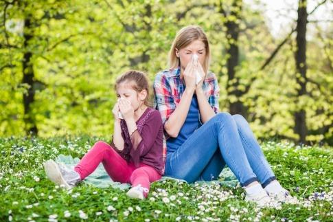 Der Pollenflug (April) macht Mutter und Tochter schwer zu schaffen