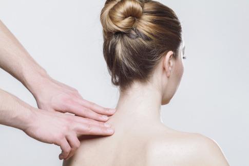 Eine Massage von einem Spezialisten hilft bei Nackenverspannungen sofort.