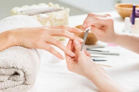 Eine Frau feilt sich ihre Fingernägel