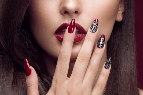 Eine Frau hat ihre Nägel verlängert