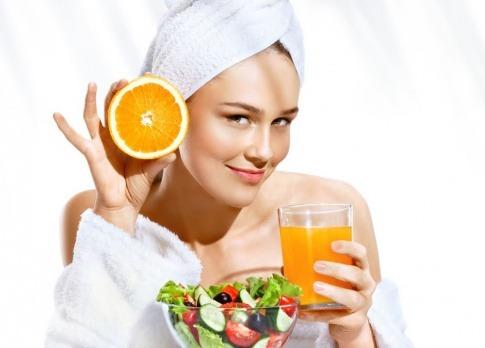 Eine Frau hat Lebensmitteln mit Nährstoffen für die Haut