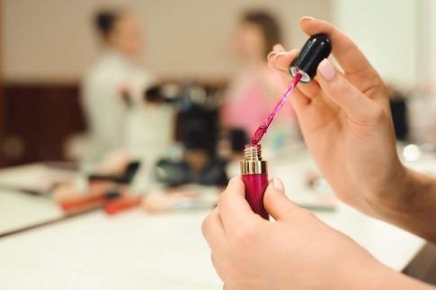 Eine Frau will Nail Contouring machen, damit die Nägel länger wirken