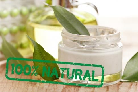 Auf einem Naturkosmetik Produkt steht 100 % Natural