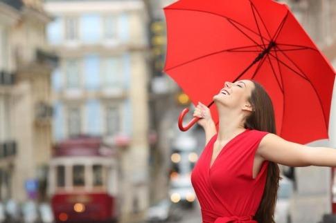 Eine Frau mit Schirm scheint neuen Lebensmut zu haben