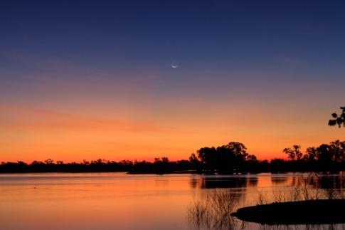 Neumond im August über einem See