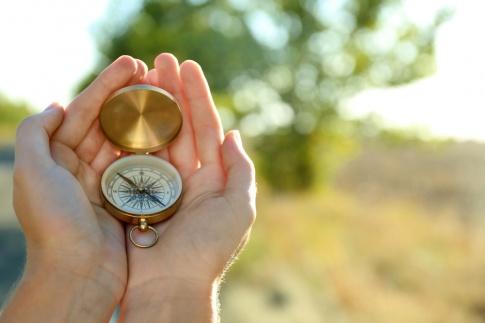 Kompass in den Händen einer Frau