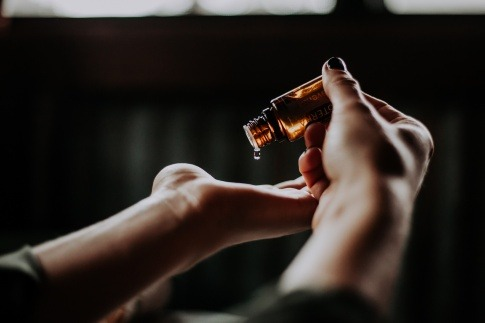Öl auf einer Hand