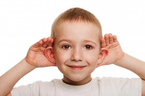 Ein Kind hat abstehende Ohren und will Ohren anlegen