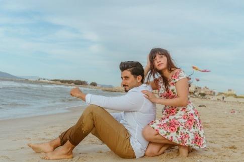 Ein Paar mit Beziehung ohne Liebe am Strand
