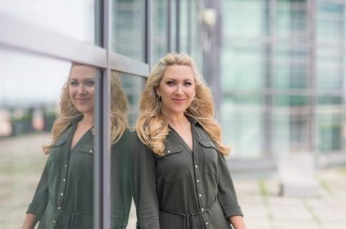 Pamela Obermaier lehnt an einer Wand und weiß, wie man Potenzial entwickeln kann