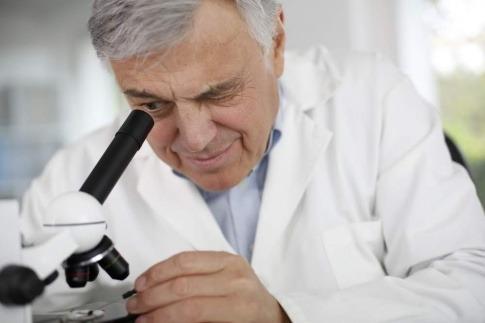 Ein Arzt sucht Parasiten unter dem Mikroskop