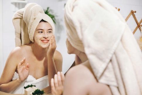 Eine Frau macht ihre Peeling Maske selber
