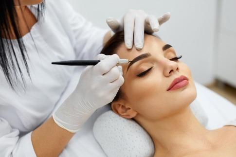 Rita Röcklinger fertigt ein Permanent Make-up