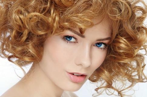 Frau mit Permanent make-up