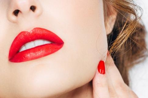 Eine Frau hat Lippen mit Permanent Make up