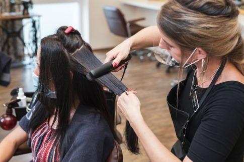 Frau mit glattem Haar