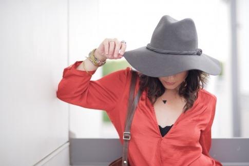 Eine Frau mit Hut hat keine Pickel im Ausschnitt