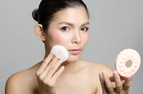 Frau die sich schminkt
