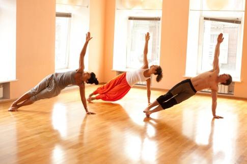 Frauen und Männer machen in Amstetten Pilates
