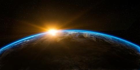 Hinter dem Planeten Erde scheint die Sonne