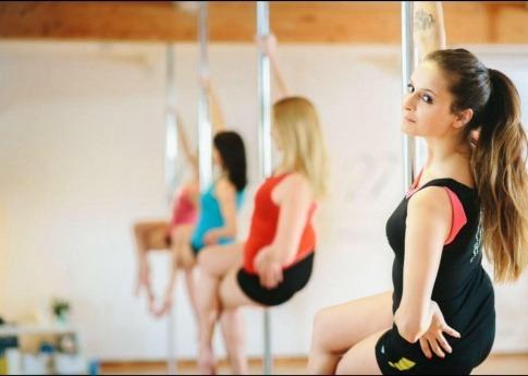 Einige Frauen machen Training für Poledance in Oberösterreich